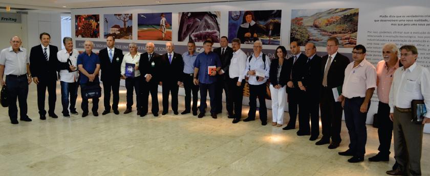 Comissões de representantes dos trabalhadores e dos patrões, que negociam o reajuste do Piso